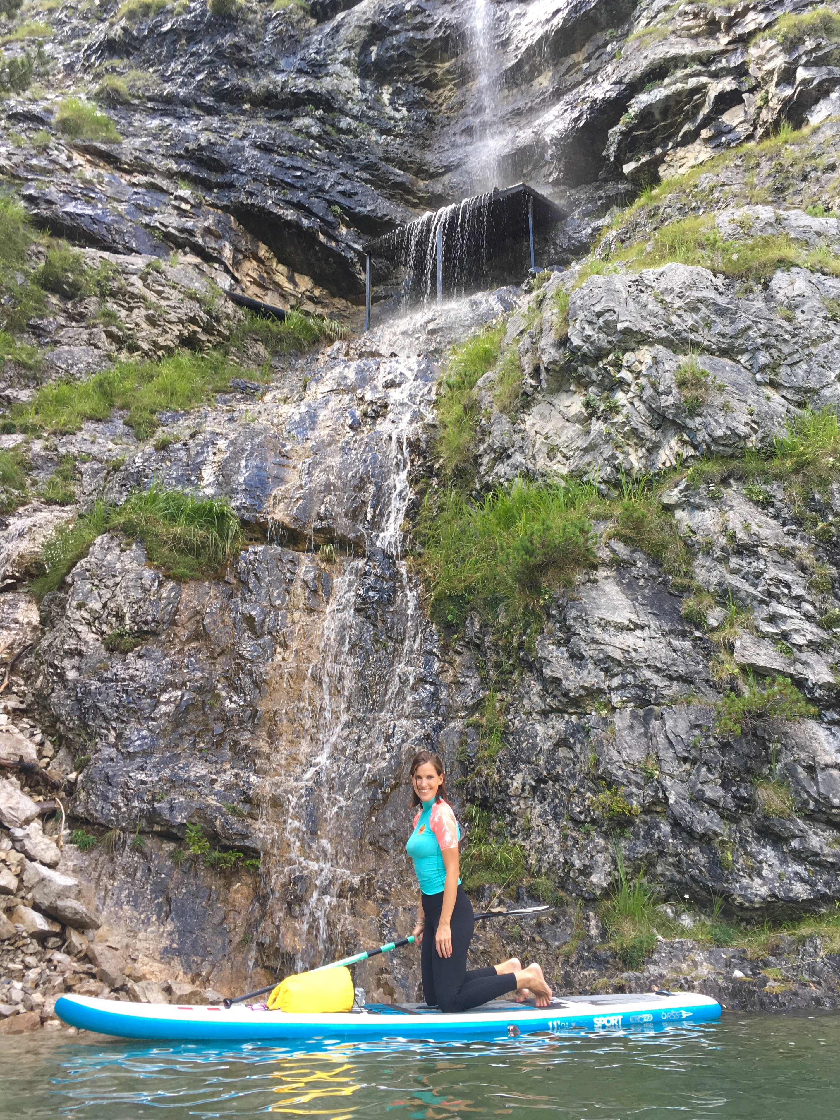 Stand up Paddling vor Wasserfall auf Achensee